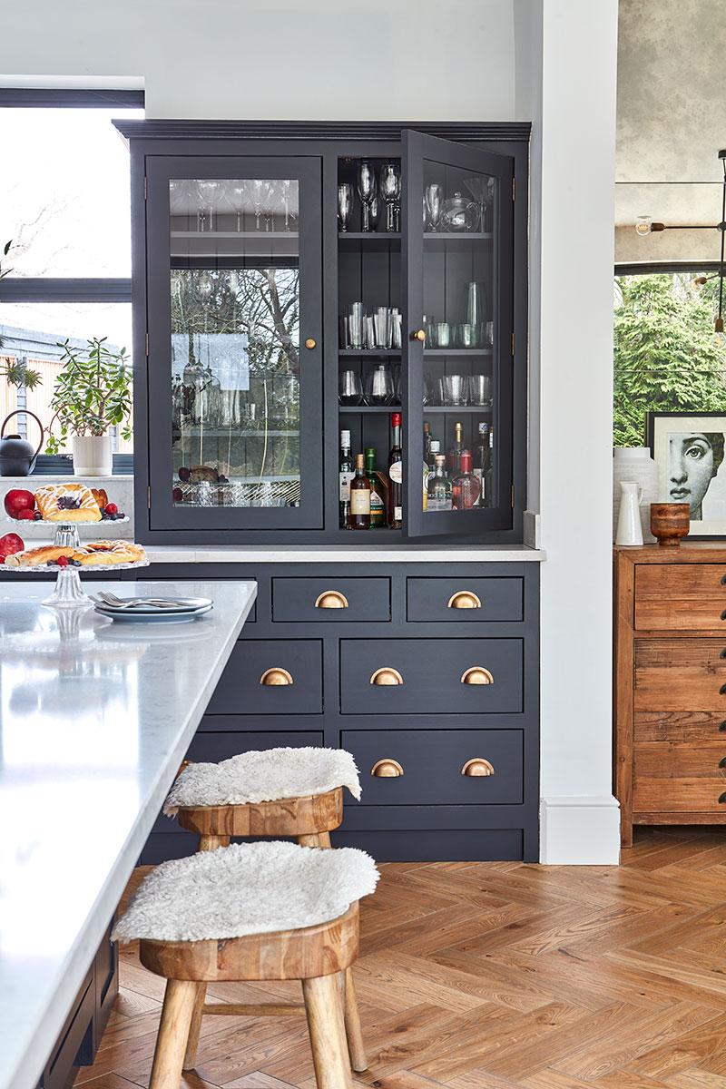 The kitchen includes a drinks cabinet