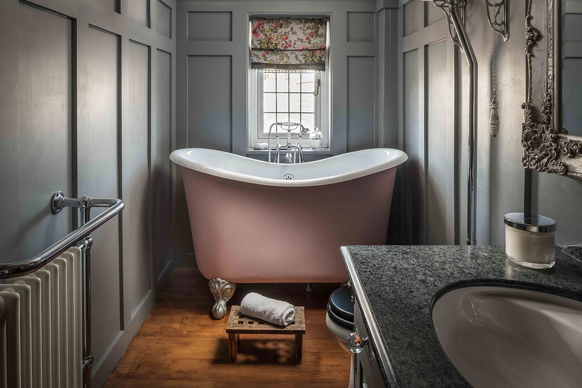 Small bath in soft pink