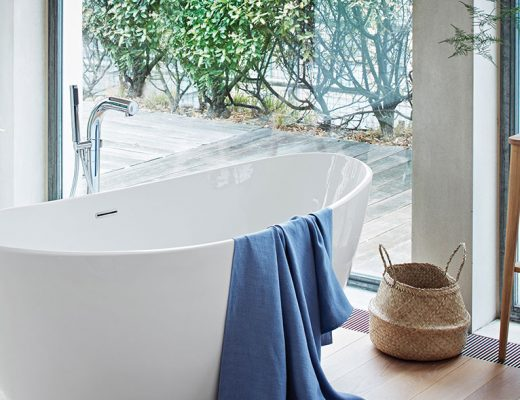 Curved freestanding bath